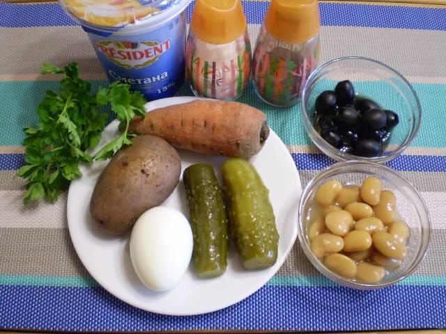 1. Приготовим продукты для салата. Картофель, морковь и яйцо нужно отварить.