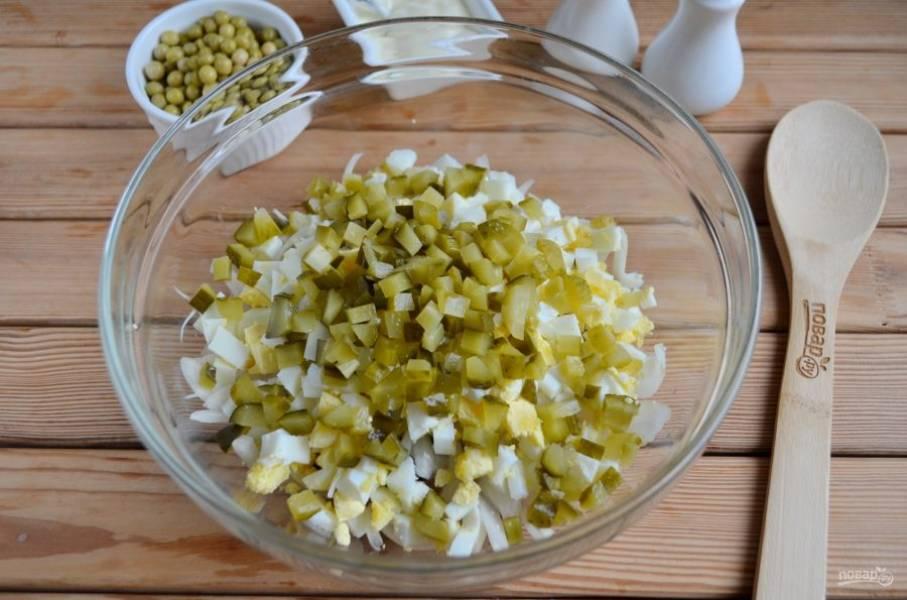 Огурцы порежьте кубиками и добавьте в салатник.