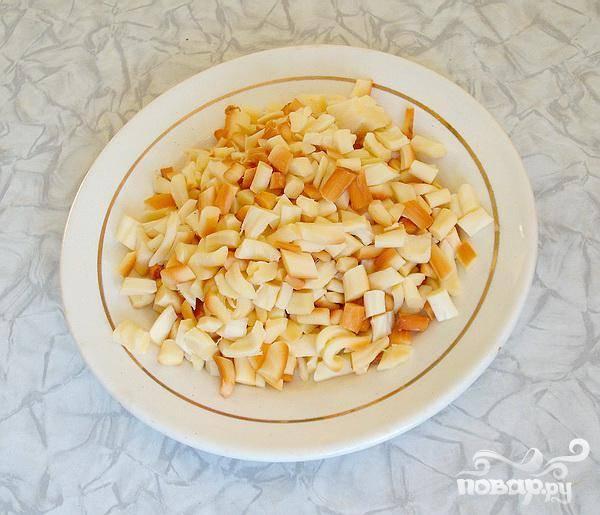 3.Расплетем сыр-косичку и мелко нарежем.  Если Вам не нравится сыр копченый, то его вполне можно заменить сыром Голландским или Российским. Сыр натираем на терку. Разделяем все продукты на две части.
