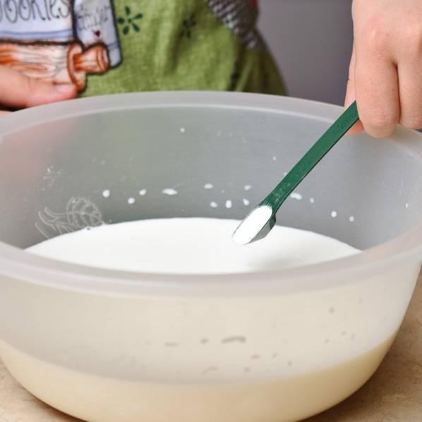 Разбейте 3 яйца в миску с теплым молоком. Добавьте соду, сахар и соль.