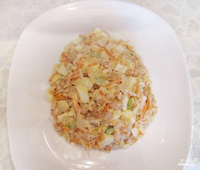На салатную тарелку выкладываем наш салат в форме яйца.