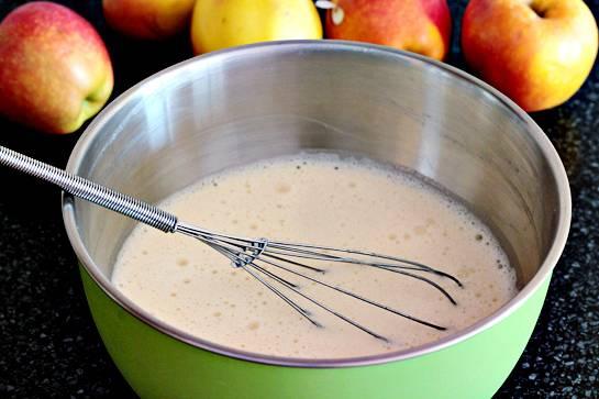 6. Взбить до однородной массы и добавить немного растительного масла. Тесто должно получится довольно жидким, чтобы блинчики были тонкими.