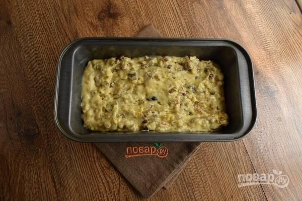 Вылейте тесто в форму, смазанную маслом. Запекайте в разогретой духовке в течение 30-35 минут до сухой зубочистки. Ориентируйтесь по своей духовке.
