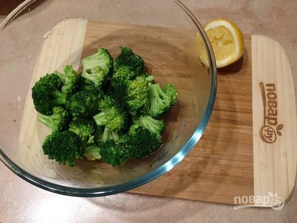 6. Брокколи откидываем на дуршлаг, пусть стечет вся жидкость. А затем поливаем брокколи лимонным соком.