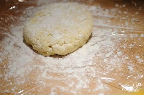 Затем достаем тесто и раскатываем его.