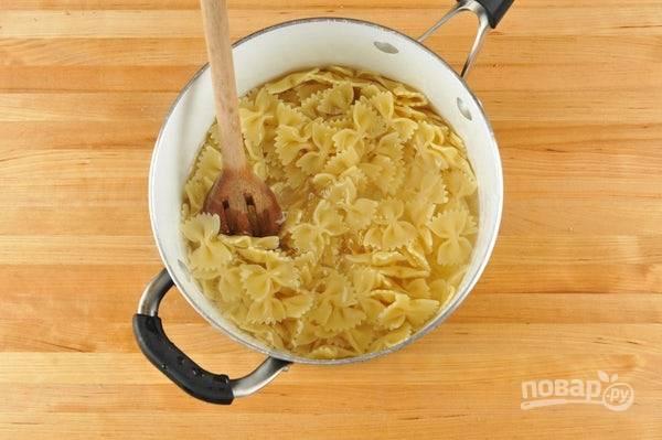 3. В это же время отварите в кипящей подсоленной воде пасту до готовности. Потом воду слейте, а макароны перемешайте с маслом.