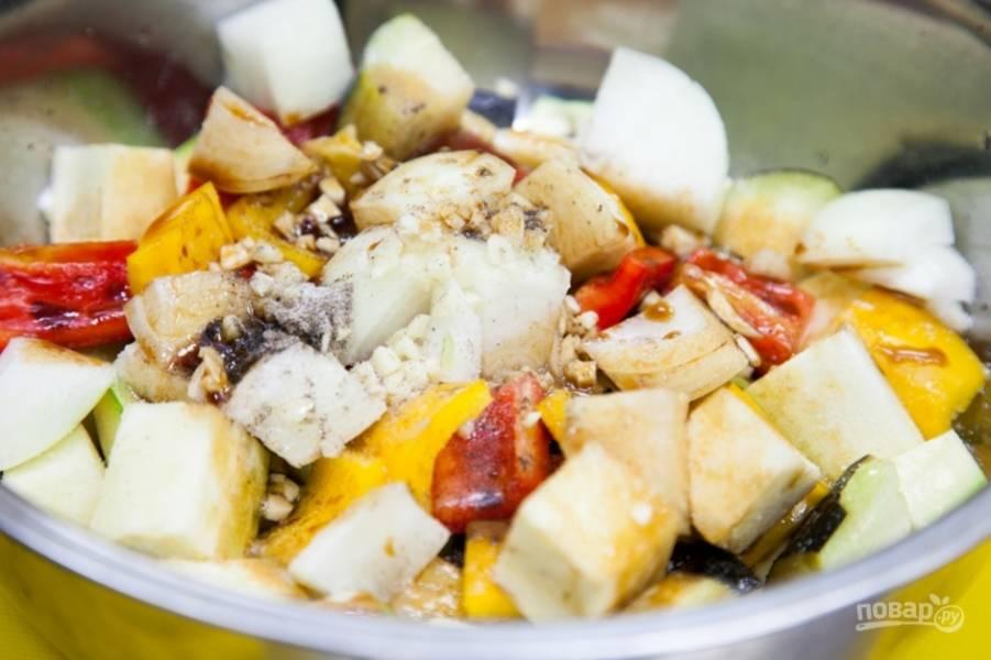 Займитесь овощами. Нарежьте порционными кусками баклажан, кабачок и болгарский перец. Добавьте к овощам немного каждой приправы, а также соевый соус, немного измельчённого лука и масло. Овощи перемешайте.