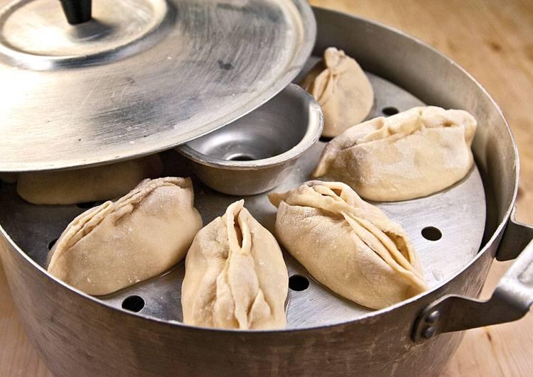 На воде, муке, яйцах и соли замесите простое пельменное тесто. Чем оно эластичнее получается, тем лучше для готового изделия. Раскатайте небольшие лепешки и выложите одну-две чайных ложек начинки. Слепите манты и выложите их в мантоварку (или пароварку). Готовим минут 30-40.