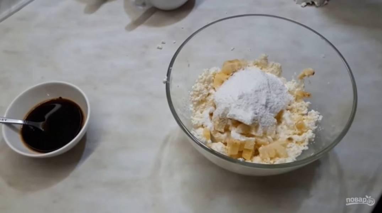 2. Далее нарежьте банан кусочками, добавьте его к творогу, добавьте сахарную пудру (если у вас несладкий творог) и аккуратно перебейте массу блендером, чтобы бананы остались кусочками.