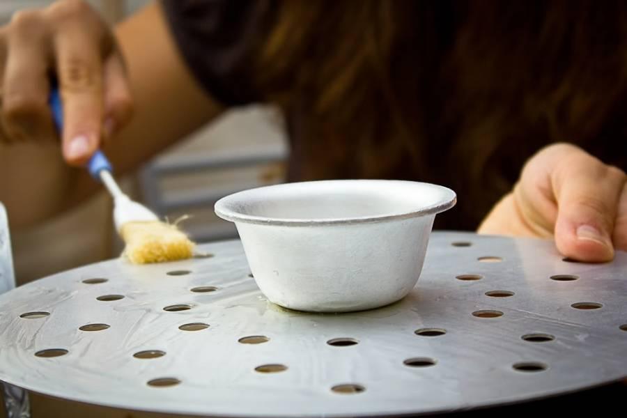 9. Смажьте немного растительным маслом ярусы.