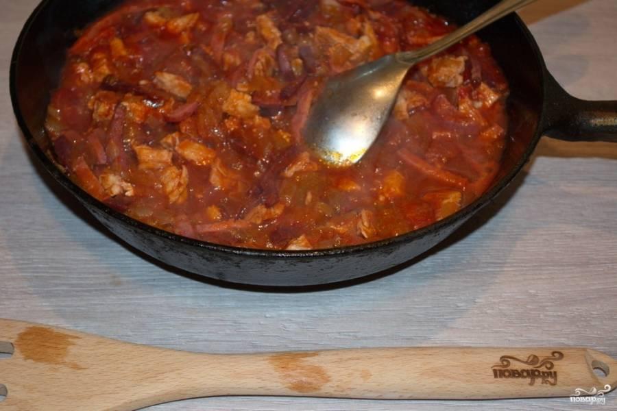 Добавьте томатную пасту и немного воды  (1 стакан). Тушите все вместе 5-7 минут.