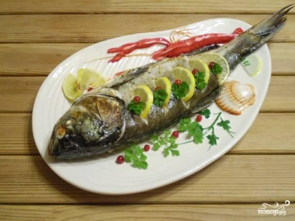 Переложите рыбку на блюдо, оформите на свой вкус. Приятного аппетита!