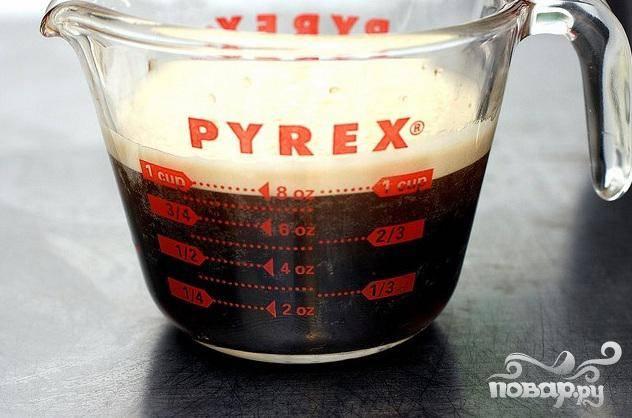 1. Разогреть духовку до 175 градусов F. Хорошо смазать маслом форму для кекса и посыпать мукой. Стряхнуть излишки муки. Довести Стаут и темную патоку до кипения в большой кастрюле и снять с огня. Добавить соду и взбить, затем охладить до комнатной температуры.