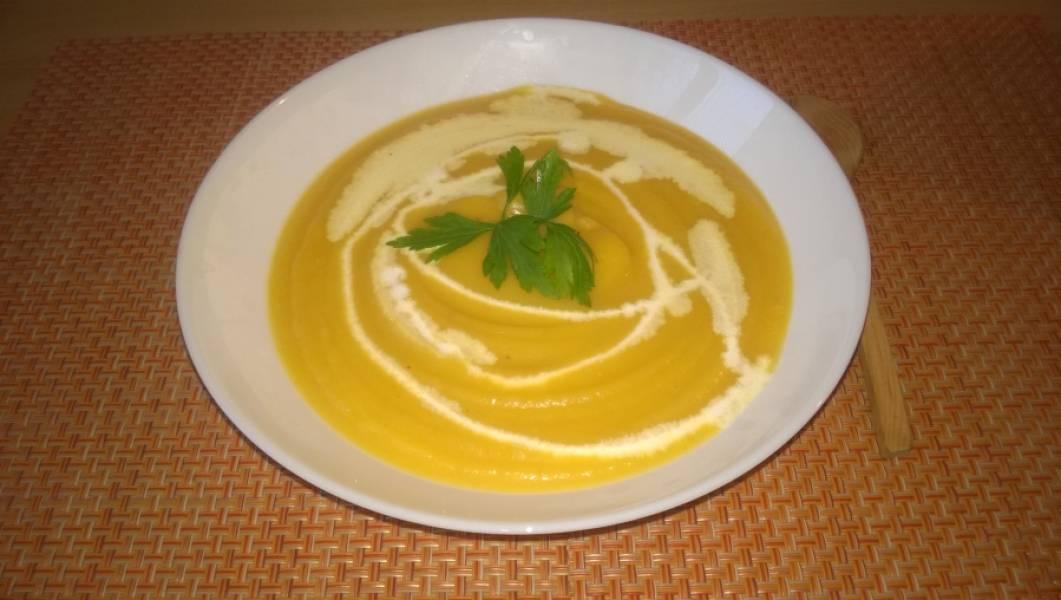 7. Суп готов. Налейте его в тарелку и добавьте сливки по вкусу. Для любителей можно посыпать рубленой петрушкой.