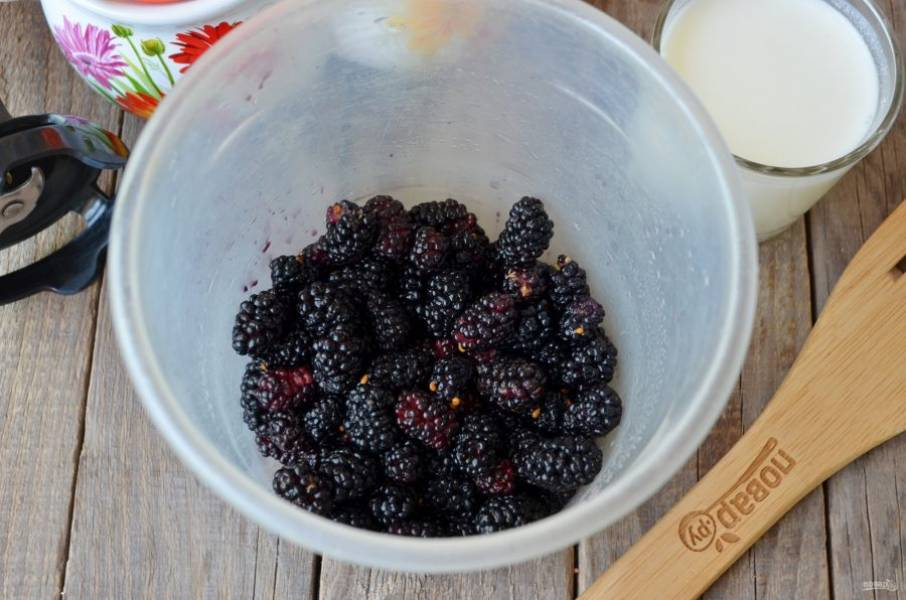 Шелковицу хорошо промойте под проточной водой, дайте стечь влаге. Отрежьте хвостики, перебирая шелковицу, чтобы не попала в напиток порченная ягодка.