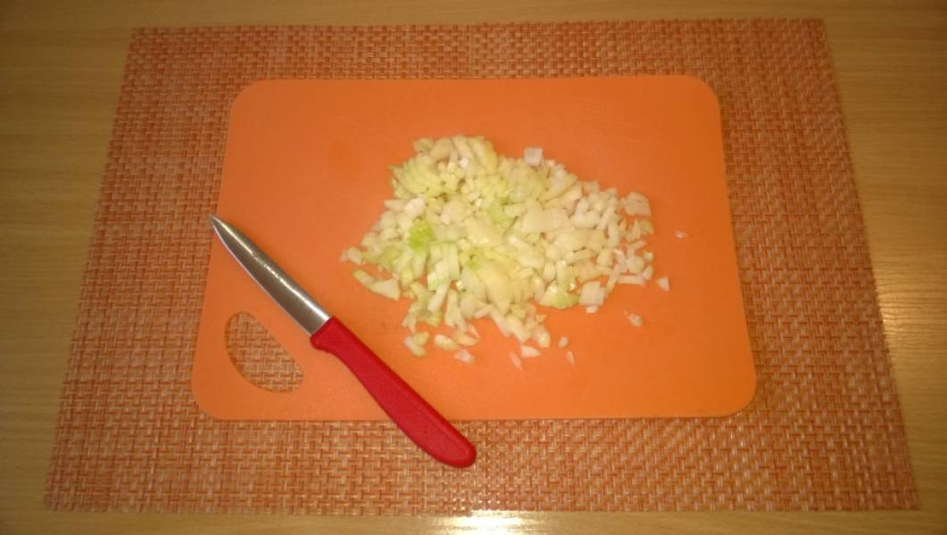 3. Пока варятся овощи, очистите и порежьте лук.