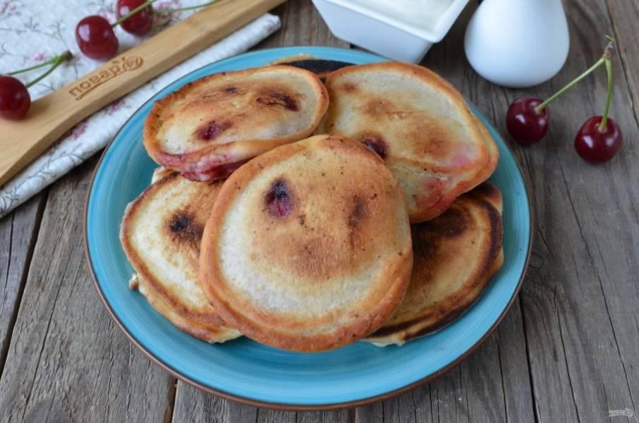 Оладьи с вишнями подавайте со сметаной! Приятного аппетита!