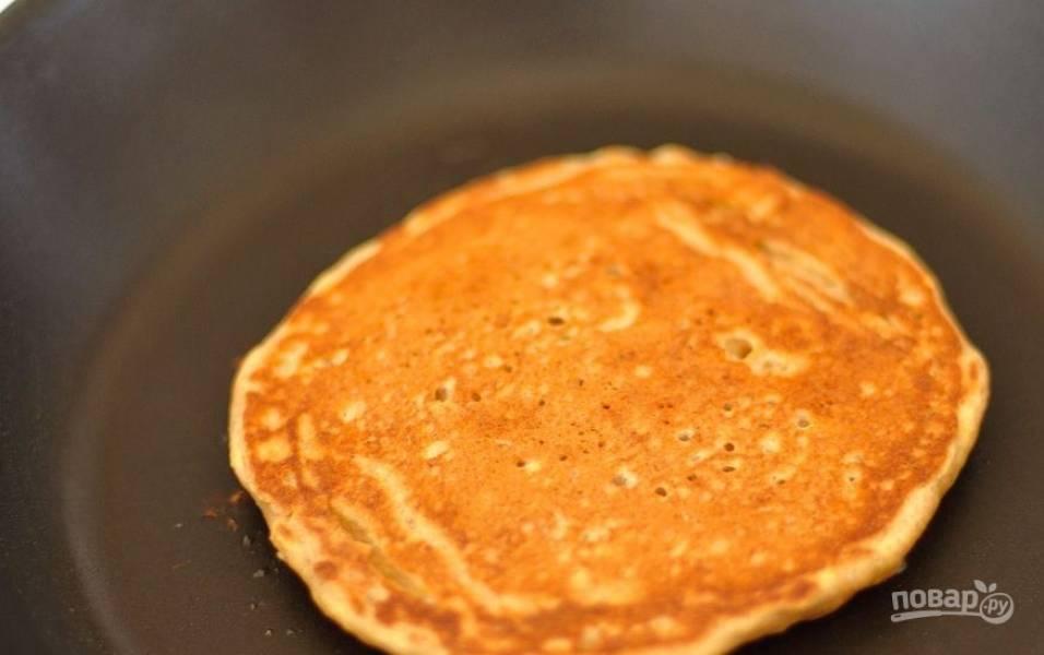 Готовые оладьи снимайте со сковороды. Подавайте их горячими со сметаной или с любимым джемом.