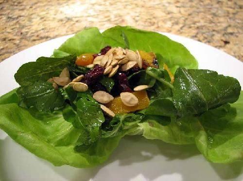 Смешиваем все ингредиенты и выкладываем на листочки салата. Сверху посыпаем семенами тыквы. Приятного аппетита.
