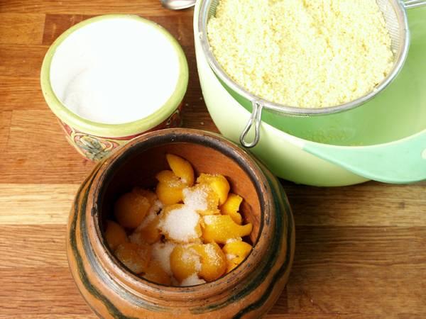 4. Дно горшочка заполните тыквой примерно на половину. Добавьте щепотку соли и сахар по вкусу.