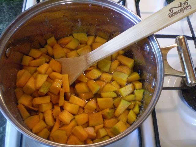 Влейте сок лимона в тыкву. Доведите варенье до кипения, затем варите при очень слабом кипении 40-45 минут.