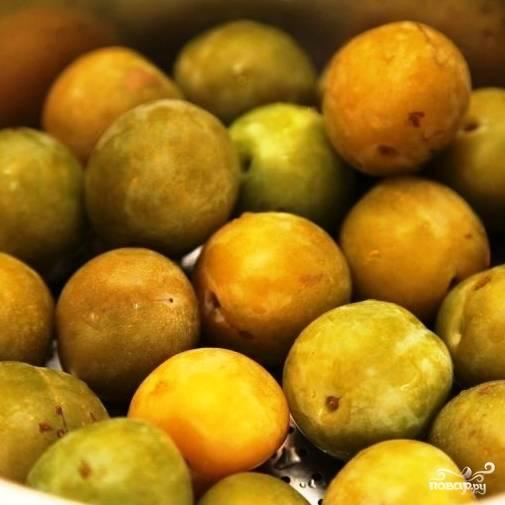 Мариновать можно любые сливы, однако лучше всего подходят сорта желто-зеленой, плотной сливы. Обрабатываем сливы - промываем, удаляем хвостики.