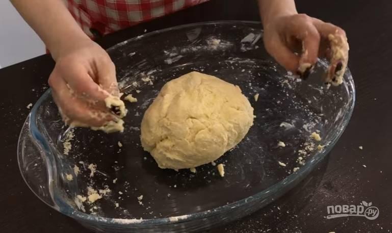 3.Замешиваете тесто, вымешивайте его около двух минут, чтобы оно сформировалось в ком. Заверните тесто в пищевую пленку и уберите в холодильник на 2 часа, а лучше на ночь.