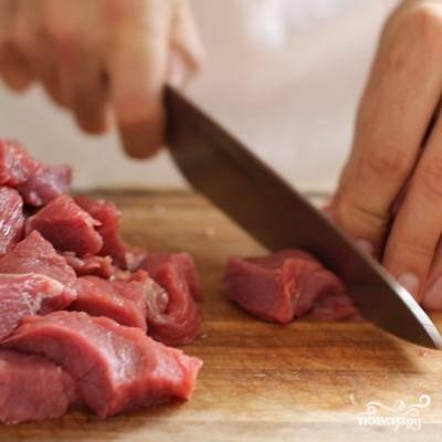 Говядину нарезаем на порционные кусочки для шашлыка.