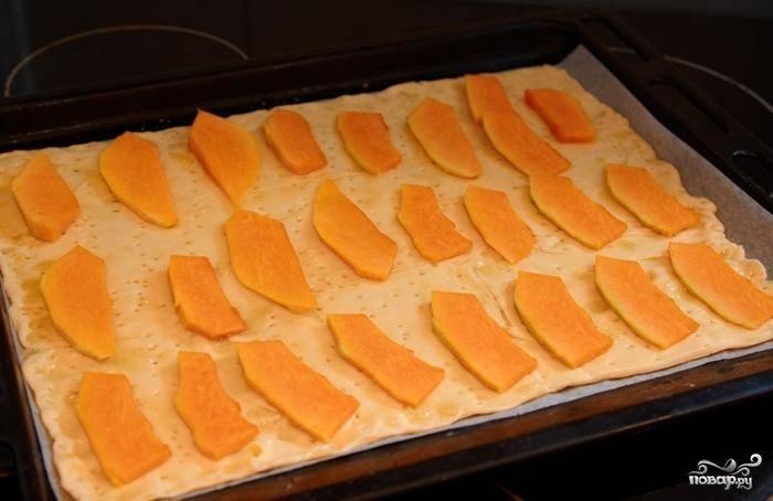 Выкладываем тыкву на тесто, сверху выливаем оставшиеся 50 мл оливкового масла. Ставим в духовку на 15 минут и выпекаем при 190 градусах.