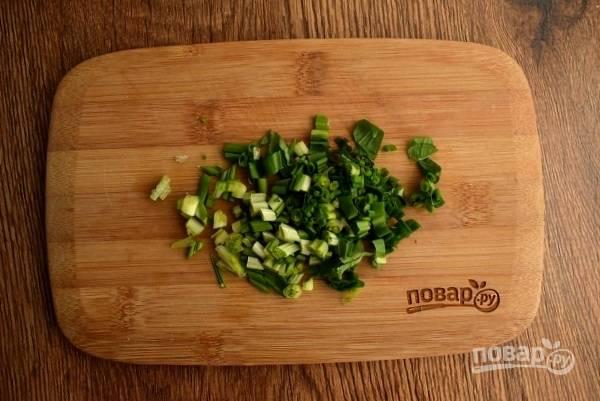 Черемшу измельчите и добавьте в тарелки.