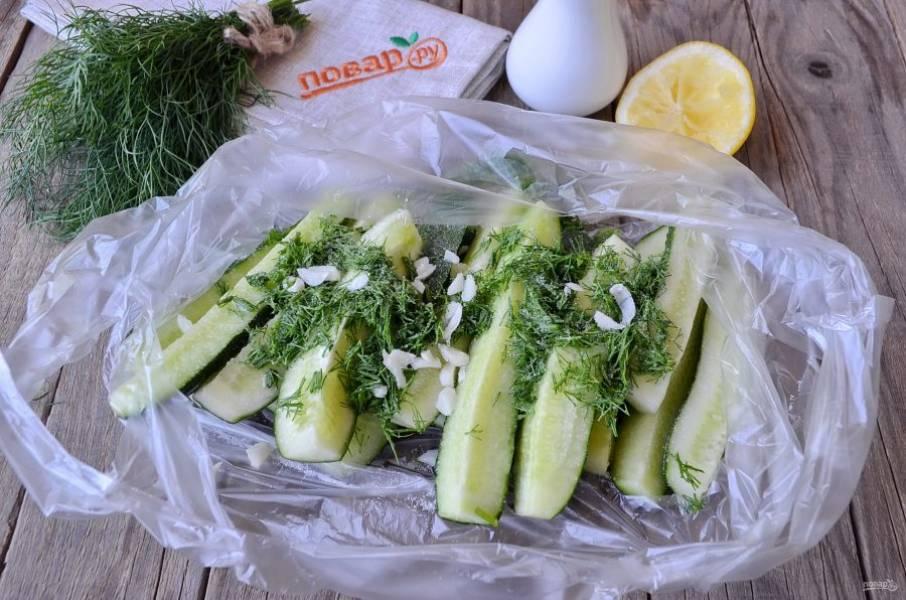 Сложите в маринатор или просто чистый пакет огурцы. Полейте их свежевыдавленным соком лимона, добавьте соль, чеснок, укроп.