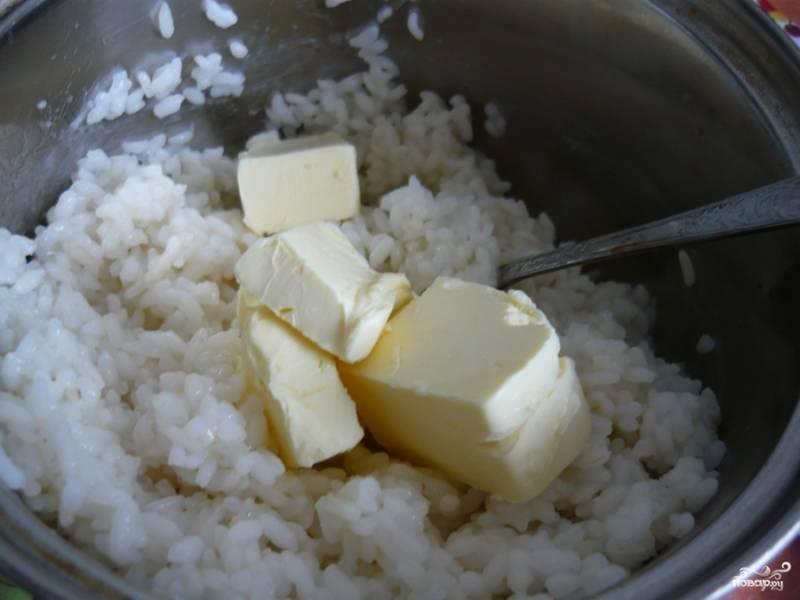 Затем в рисовую кашу добавляем сливочное масло. Масло обязательно должно полностью растаять.