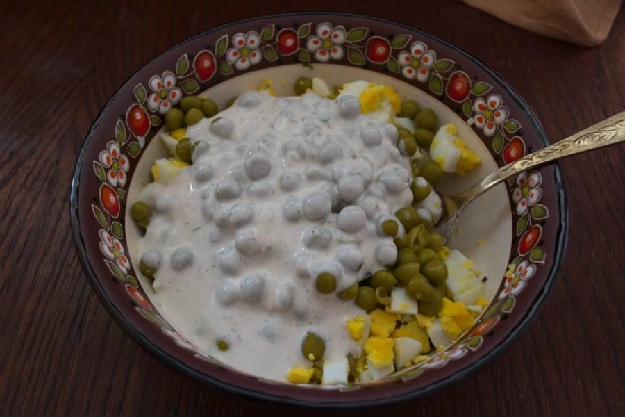 Нарежьте кубиком сыр. Заправьте салат сметаной. Посолите и поперчите по вкусу. Перемешайте салат и подайте к столу.