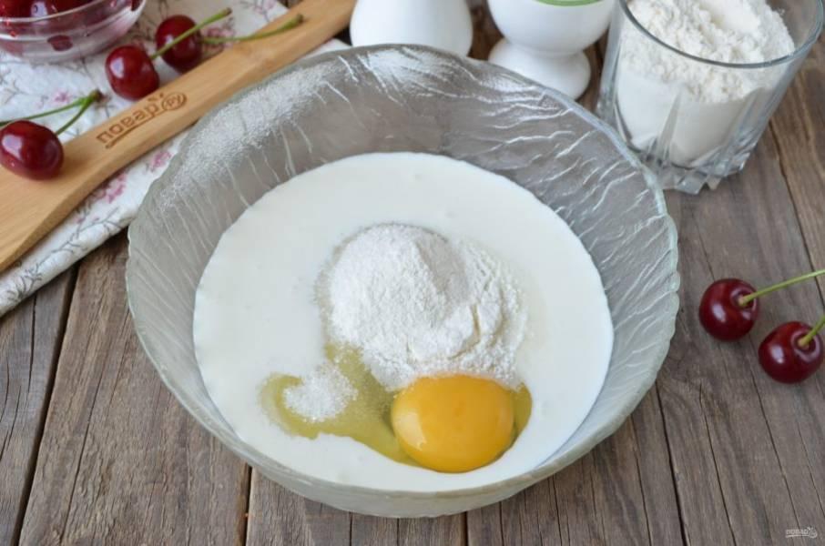 Смешайте венчиком кефир с сахаром, яйцом и разрыхлителем.