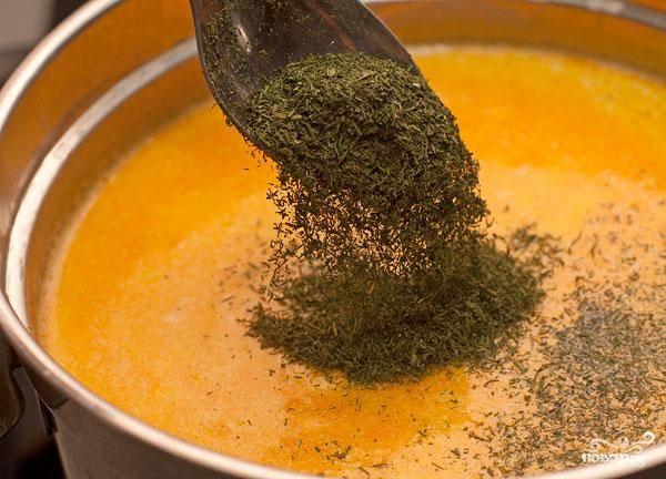 Буквально за минуту до конца приготовления добавляем в суп зелень. Снимаем с огня, даем немного настояться под крышкой и подаем. Приятного!