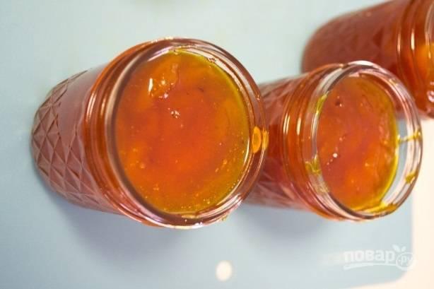 5. Готовый джем разлейте по чистым стерилизованным баночкам и сразу закатайте.