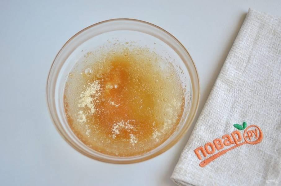 2. Растворите желатин в воде или молоке.