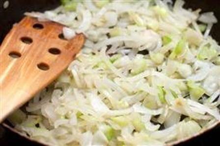Чистим лук, шинкуем и обжариваем на небольшом количестве растительного масла.