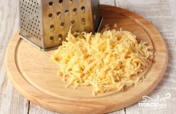 Сыр натираем на терке. Можно натереть его или на крупной, или на мелкой терке. Тут уже ориентируйтесь на свои личные предпочтения.