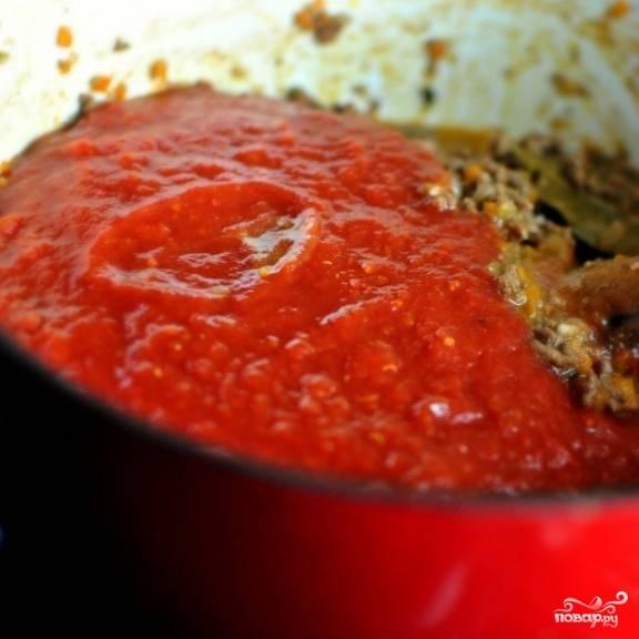 8. Затем добавьте измельченные блендером томаты и сок, в котором они консервировались.