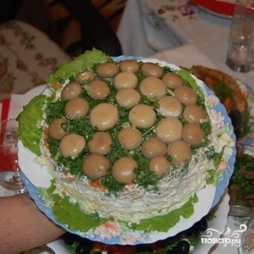 А затем нужно очень аккуратно перевернуть нашу салатницу на салатное блюдо, чтобы уложенные на дно грибочки оказались на самом верху нашей грибной поляны. Приятного аппетита!