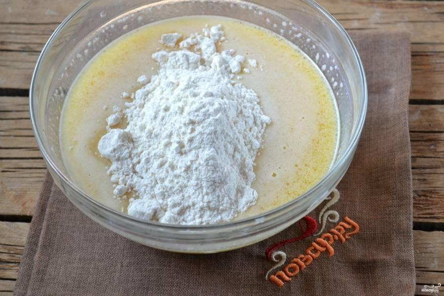 Постепенно введите просеянную муку и замесите мягкое тесто.