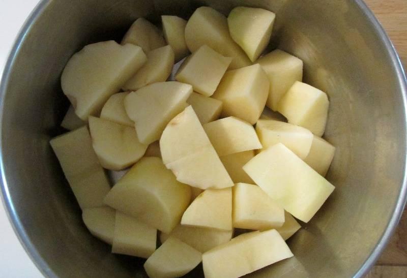 Сперва мы чистим картофель, разрезаем его на части, чтобы быстрее сварился, выкладываем картофель в кастрюлю и заливаем водой, ставим на огонь. Как только вода закипит, солим ее и варим картофель до полной готовности, после этого разминаем его до состояния пюре.