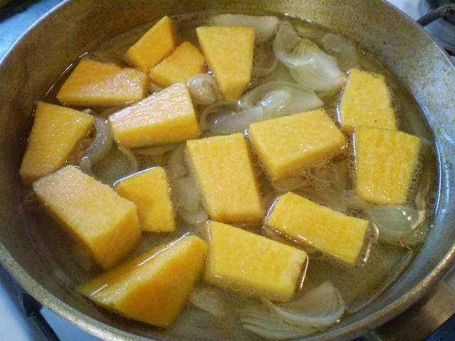 Добавьте к луку тыкву, воду и щепотку соли. Варите 20 минут.