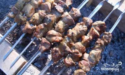 Нанизываем мясо на шампуры и жарим как обычно.