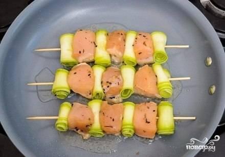 Сформированные шашлычки положите на раскаленную сковороду, смазаную маслом. Обжаривайте куриные шашлычки с двух сторон примерно по 5-7 минут. После того как куриные шашлычки обжарятся, подавайте их к столу на красивой тарелке.