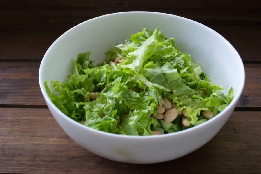 Вымыть салат. Нарвать мелко руками.