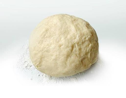 Замешиваем тесто. В муку добавляем соль, сахар (2-3 чайные ложки), разрыхлитель, тщательно перемешиваем. В кефир или сметану добавляем растительное масло, размешиваем и туда аккуратно добавляем муку. Замешиваем тесто.