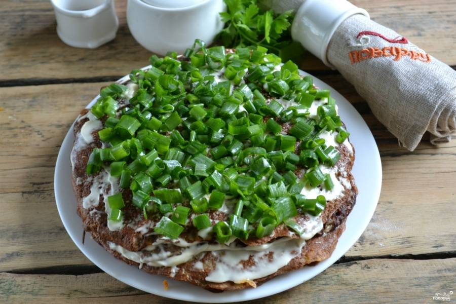 10.Сверху украсьте мелко рубленной зеленью. Оставьте пирог на 1 час, чтобы он пропитался. Приятного аппетита!