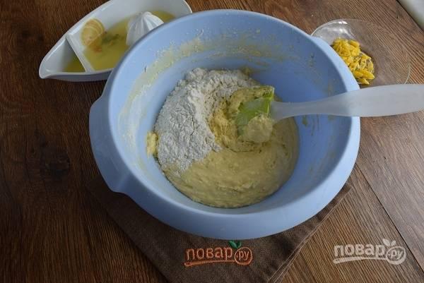 Яйца взбейте с сахаром до густой светлой пены. Влейте молоко, взбейте. Муку и разрыхлитель просейте через сито. В два приема введите в яично-сахарную смесь, перемешайте аккуратно с помощью спатулы снизу вверх.